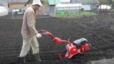 Вспашка земли мотоблоком – как не загубить огород?